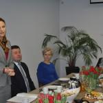 Prezes firmy Abrys, Magdalena Dutka, wita gości.
